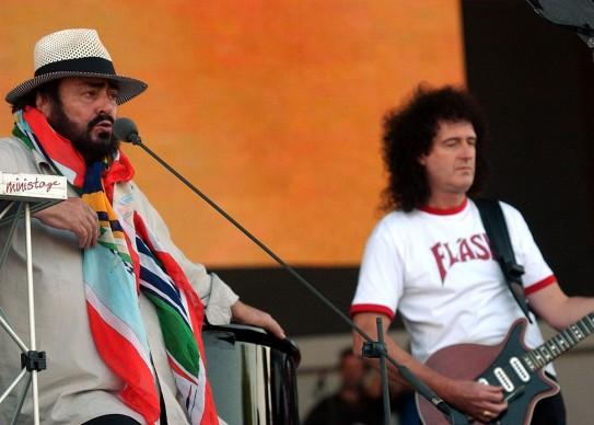 Luciano Pavarotti e il chitarrista dei Queen, Brian May, alle prove del concerto di 'Pavarotti & Friends' a Modena nel 2003 (Photo by Giuseppe Cacace/Getty Images)