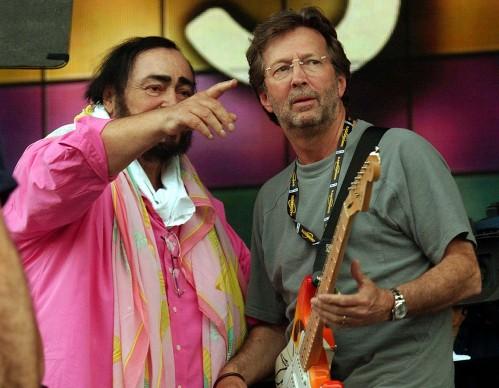Luciano Pavarotti ed Eric Clapton alle prove del concerto di 'Pavarotti & Friends' a Modena nel 2003 (Photo by Giuseppe Cacace/Getty Images)