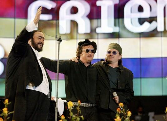 Luciano Pavarotti con Zucchero e Bono degli U2, in occasione di un concerto di 'Pavarotti & Friends' a Modena nel 2003 (Photo by NICOLA CASAMASSIMA/AFP/Getty Images)
