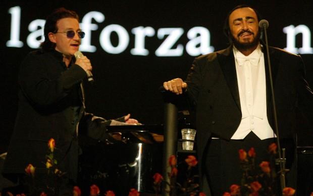 Luciano Pavarotti e Bono degli U2, in occasione di un concerto di 'Pavarotti & Friends' a Modena nel 2003 (Photo by Giuseppe Cacace/Getty Images)
