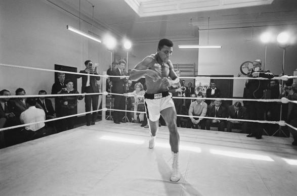 Muhammad Ali, conosciuto anche come Cassius Clay, mostra le sue doti atletiche sul ring