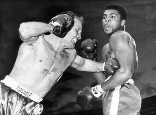 Muhammad Ali, conosciuto anche come Cassius Clay, nel match contro Henry Cooper nel giugno del 1963 a Wembley (Photo by Len Trievnor/Express/Getty Images)