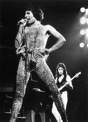 Freddie Mercury live nel giugno del 1977 (Photo by Gary Merrin/Keystone/Getty Images)
