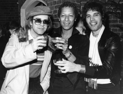 Elton John, Peter Straker e Freddie Mercury nell'ottobre del 1977 (Photo by Hulton Archive/Getty Images)