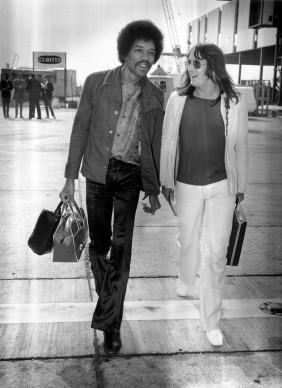Jimi Hendrix arriva all'aeroporto di Londra con Eric Barrett (Photo by Evening Standard/Getty Images)