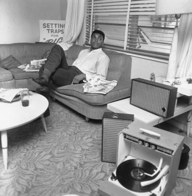 Muhammad Ali, conosciuto anche come Cassius Clay, in un momento di relax dopo la vittoria contro Sonny Liston nel febbraio del 1964 (Photo by Harry Benson/Express/Getty Images)