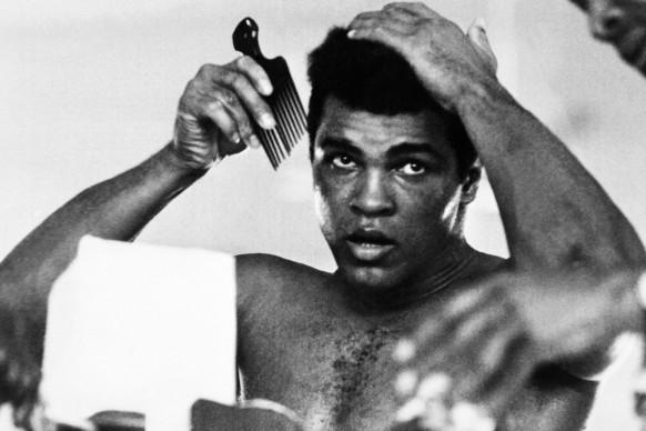Muhammad Ali, conosciuto anche come Cassius Clay, nell'ottobre del 1974 (Photo by STRINGER/AFP/Getty Images)