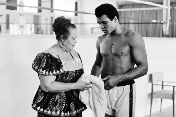 Muhammad Ali, conosciuto anche come Cassius Clay, con la madre Odessa nell'ottobre del 1974 (Photo by STR/AFP/Getty Images)