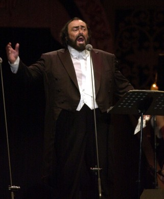 Luciano Pavarotti live a Seoul durante il suo concerto 'Peace Forever, United As One' nel 2000 (Photo by KIM JAE-HWAN/AFP/Getty Images)