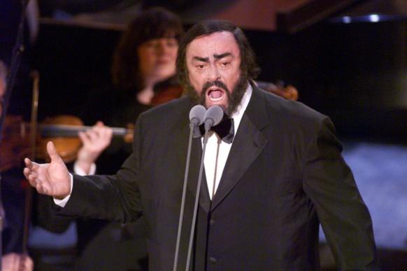 Luciano Pavarotti live alla 41esima edizione dei Grammy Awards, a Los Angeles (Photo by HECTOR MATA/AFP/Getty Images)