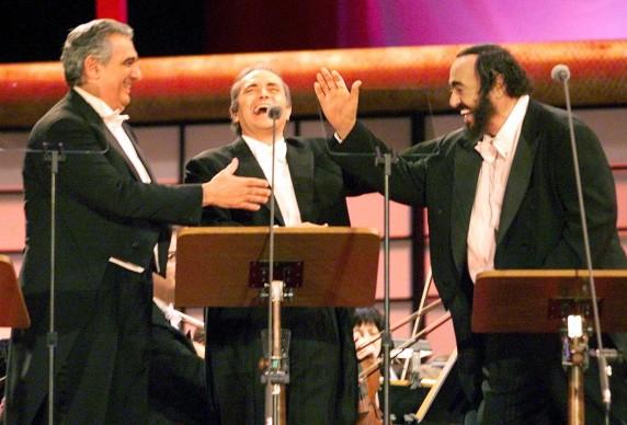 Placido Domingo, Jose Carreras e Luciano Pavarotti live durante un concerto dei Tre Tenori a Tokyo (Photo by TORU YAMANAKA/AFP/Getty Images)