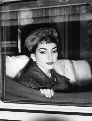 Maria Callas a bordo di un treno, fermo a Roma, nel gennaio del 1958 (Photo by ALFREDO MICCOLI/AFP/Getty Images)