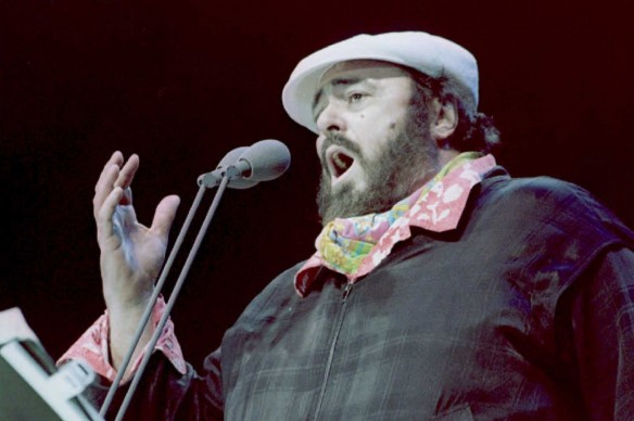 """Luciano Pavarotti live nel concerto """"Pavarotti On Miami Beach"""" in Florida (Photo by DOUG COLLIER/AFP/Getty Images)"""