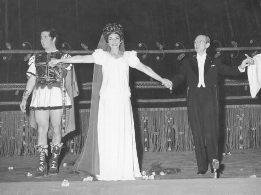 Maria Callas e il baritono italiano Ettore Bastianini al Teatro alla Scala di Milano, nel dicembre del 1960 (Photo by Keystone/Hulton Archive/Getty Images)