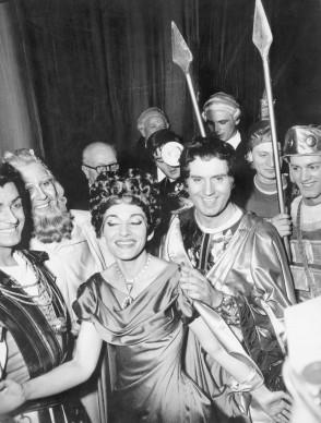 Maria Callas e il baritono italiano Ettore Bastianini nel backstage del Teatro alla Scala di Milano, nel dicembre del 1960 (Photo by Keystone/Hulton Archive/Getty Images)