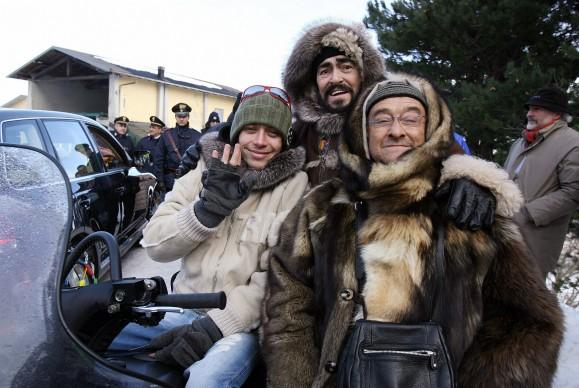 Il motociclista Valentino Rossi, Luciano Pavarotti e Lucio Dalla durante un'iniziativa benefica a Cimoncino, nel modenese, nel 2006 (Photo by NICOLA CASAMASSIMA/AFP/Getty Images)