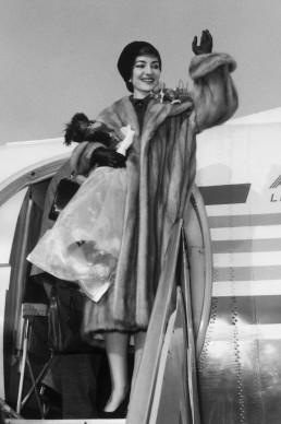 Maria Callas scende dall'aereo atterrato a Milano-Malpensa, nel gennaio del 1958 (Photo by AFP/Getty Images)