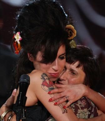 Amy Winehouse e la madre Janis dopo l'annuncio della vittoria di un Grammy nel 2008, edizione in cui la cantante vinse 5 premi su 6 candidature (Photo by Peter Macdiarmid/Getty Images for NARAS)