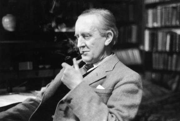 J.R.R. Tolkien ritratto nel suo studio al Merton College, Oxford, nel 1955  (Photo by Haywood Magee/Picture Post/Getty Images)