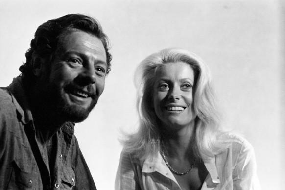Marcello Mastroianni e Catherine Deneuve sul set del film 'La cagna', del 1972, diretto da Marco Ferreri. Photo Credits: © Michel Ginfray/Apis/Sygma