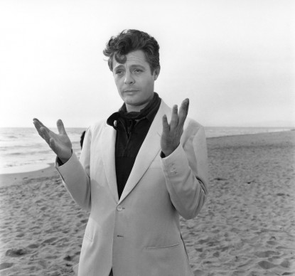 Marcello Mastroianni nel film La dolce vita, del 1960, diretto da Federico Fellini. Photo: Reporters Associati & Archivi
