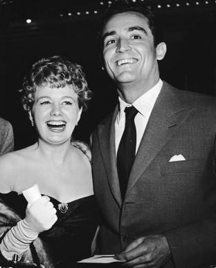 Shelley Winters e il marito Vittorio Gassman a Hollywood, nel 1953 (Photo by Keystone/Hulton Archive/Getty Images)