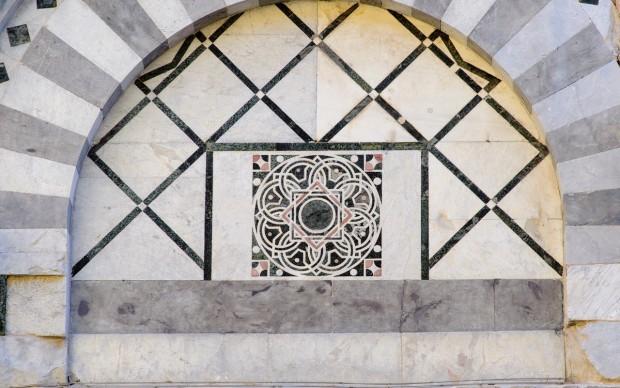 chiesa di san nicola a pisa, intarsio lunetta con serie di fibonacci
