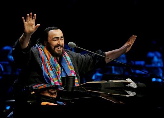 Luciano Pavarotti in concerto a Pechino durante il suo tour d'addio, nel dicembre del 2005 (Photo by China Photos/Getty Images)