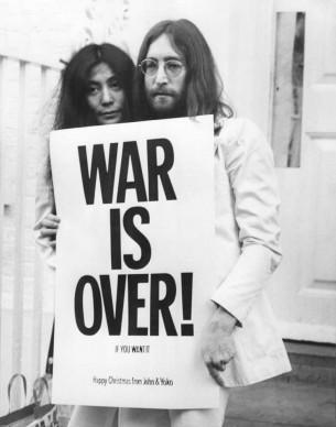 John Lennon e Yoko Ono posano a Londra nel corso della loro protesta pacifica in opposizione alla Guerra in Vietnam (Photo by Frank Barratt/Getty Images)