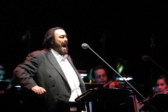 Luciano Pavarotti durante il concerto 'Pavarotti in Freedom' in Costa Rica, nel 2004 (Photo by MAYELA LOPEZ/AFP/Getty Images)