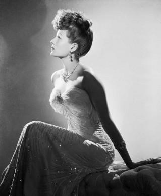 Rita Hayworth in una foto promozionale per il film 'Follie di New York', diretto da Irving Cummings nel 1942 (Photo by John Kobal Foundation/Getty Images)