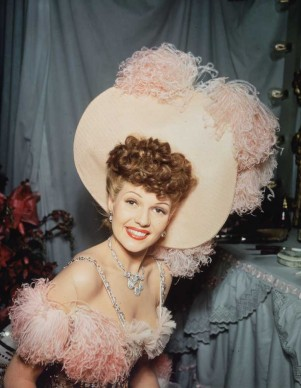 Rita Hayworth in un costume di scena per il film 'Follie di New York', nel 1942 (Photo by Hulton Archive/Getty Images)