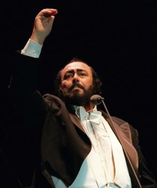 """Luciano Pavarotti """"conduce"""" il pubblico per l'ultimo bis in un concerto all'Ericsson Stadium di Auckland, in Nuova Zelanda (Photo by Phil Walter/Getty Images)"""