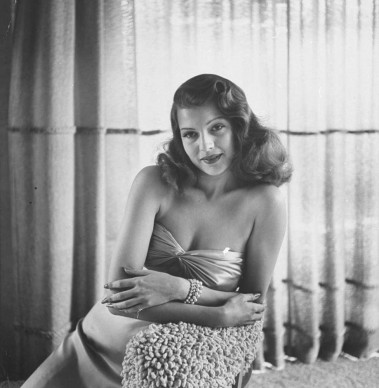 Rita Hayworth indossa uno dei tanti capi del guardaroba acquistato dalla Columbia Pictures per il film 'Gilda', per un valore complessivo di 60mila dollari (Photo by Bob Landry//Time Life Pictures/Getty Images)