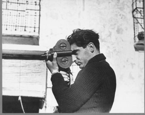 Robert Capa mentre utilizza una cinepresa