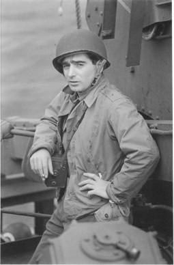 Ritratto di Robert Capa in uniforme @ David E. Scherman
