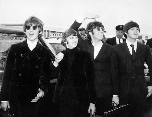 I Beatles salutano i fan mentre si recano all'aeroporto di Boston, Stati Uniti, nell'agosto del 1966  (Photo by Daily Express/Archive Photos/Getty Images)