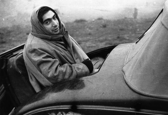 Robert Capa in Spagna durante la guerra civile (Photo by London Express/Getty Images)