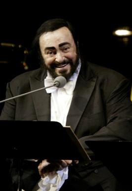 Luciano Pavarotti in concerto a Mosca durante il suo tour d'addio, nel dicembre del 2003 (Photo by Oleg Nikishin/Getty Images)