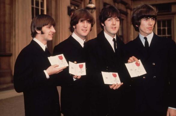 I Beatles mostrano l'onoreficenza con cui la Regina Elisabetta II li ha resi Membri dell'Ordine dell'Impero Britannico, nell'ottobre del 1965 (Photo by Fox Photos/Getty Images)