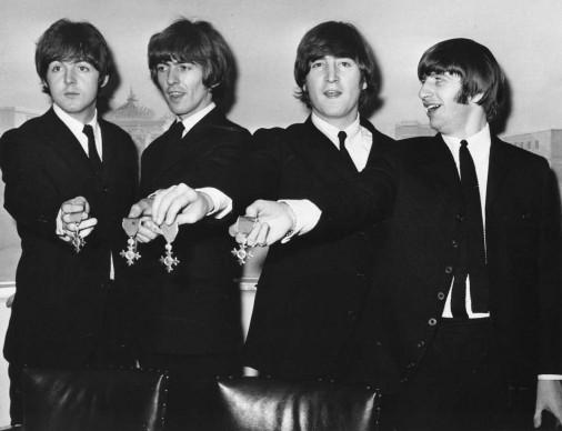 I Beatles mostrano l'onoreficenza con cui la Regina Elisabetta II li ha resi Membri dell'Ordine dell'Impero Britannico, nell'ottobre del 1965 (Photo by Keystone/Getty Images)