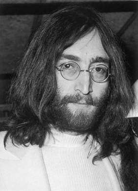 John Lennon nell'aprile del 1969, di ritorno dalla luna di miele con Yoko Ono (Photo by George Stroud/Express/Getty Images)