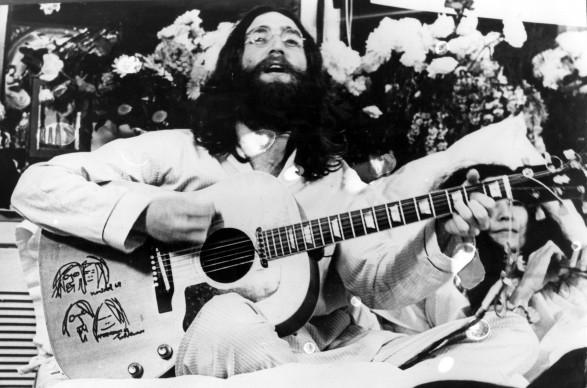John Lennon e Yoko Ono nel marzo del 1969, in un momento di uno dei leggendari Bed-In per la Pace Photo by Keystone Features/Getty Images)