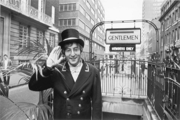 John Lennon a Londra nel novembre del 1966, durante le riprese del comedy show 'Not Only...But Also' (Photo by Ron Case/Keystone/Getty Images)