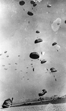 Robert Capa, I paracadutisti della 17th US Airborne Division atterrano vicino Wesel, in Germania, nel marzo del 1945 (Photo by Robert Capa/Keystone/Getty Images)