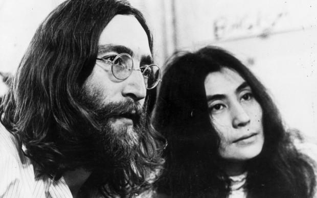 John Lennon e Yoko Ono nel 1969, mentre ascoltano attentamente una delle loro registrazioni (Photo by Keystone Features/Getty Images)