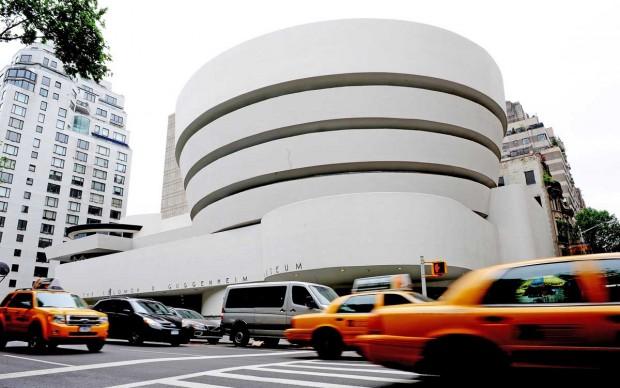 Vista esterna del Guggenheim Museum di New York nel maggio del 2009, anno in cui l'istituzione museale festeggiava il cinquantenario del trasferimento nella sede di Fifth Avenue, progettata da Wright (Photo by STAN HONDA/AFP/Getty Images)