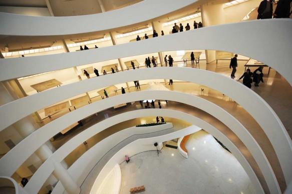 """Vista della """"spirale capovolta"""" del Guggenheim Museum di New York nel maggio del 2009, anno in cui l'istituzione museale festeggiava il cinquantenario del trasferimento nella sede di Fifth Avenue, progettata da Wright (Photo by STAN HONDA/AFP/Getty Images)"""