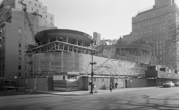 La sede del Guggenheim Museum di New York progettata da Frank Lloyd Wright, in una foto scattata all'epoca della sua costruzione, nel novembre del 1957 (Fonte Wikipedia)