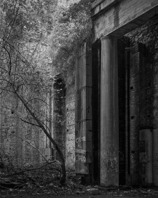 Tiziano Rossano Mainieri, Ground Zero, 2014. Immagine dall'installazione (4 fotografie, 1 video),  100x80 cm, stampa ai sali d'argento. Courtesy l'artista